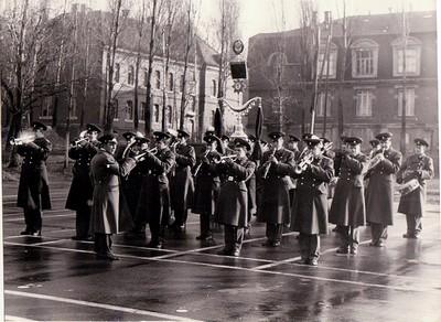 Гарнизонный духовой оркестр. На заднем плане - ГОК